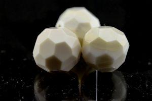18mm Facettenperle in elfenbeinfarben