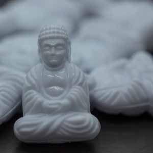 25x18 Sitzender Buddha in weiß
